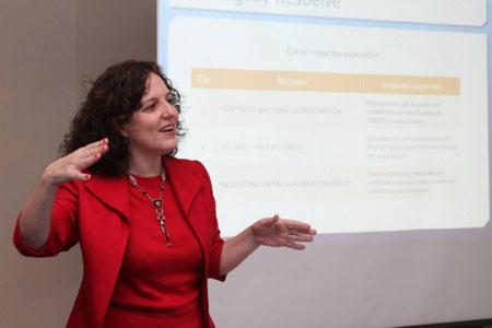 La Ing. Gabriela Gómez Pasquali, directora de OMAPA, presentando la experiencia del Programa Paraguay Resuelve en el Primer Congreso Internacional de Enseñanza de la Matemática en El Salvador.