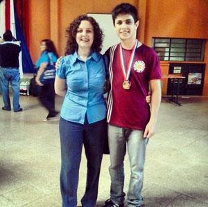 Juan Palacios, junto a Gabriela Gómez Pasquali, Directora Ejecutiva de OMAPA, durante una premiación de la Olimpiada Nacional de Matemática